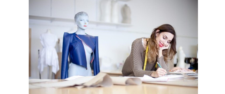 درآمد طراحان لباس به پارامترهای بسیار زیادی بستگی دارد: مدرک پایان دوره، حوزه کاری، تجربه کاری، محل اشتغال و نوع اشتغال